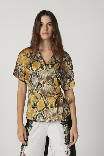 Iconic Slim Fit Printed Top with V-neck and Short Sleeves