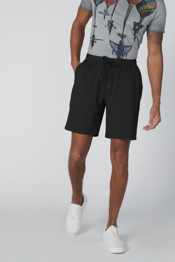 Pocket Detail Mid-Rise Shorts in Regular Fit with Drawstring