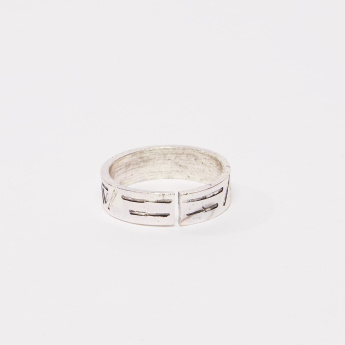 Metallic Finger Ring with Cutout Detail