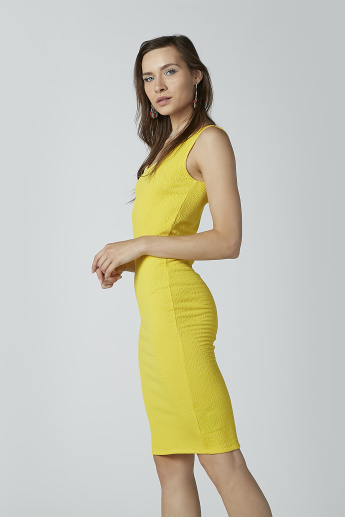 Textured Midi Sleeveless Bodycon Dress with Scoop Neck