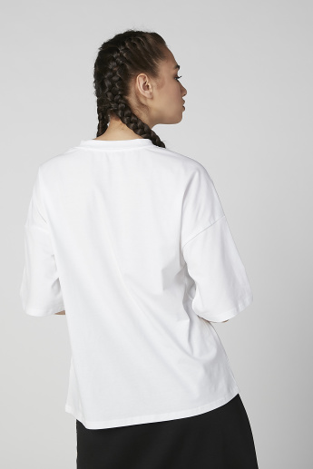 Plain T-shirt with Drop Shoulder Sleeves and Animal Printed Chest Pocket